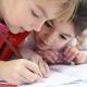 Niños trabajando en la escuela